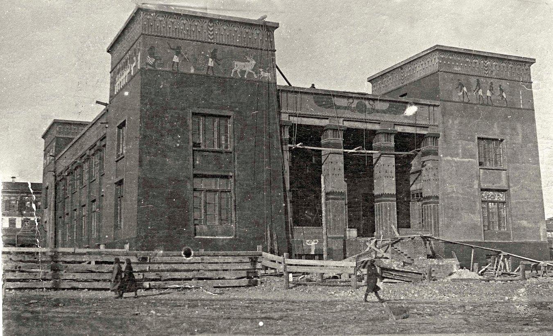 Здание краеведческого музея Красноярска в виде египетского храма в Луксоре. Стоит на берегу Енисея