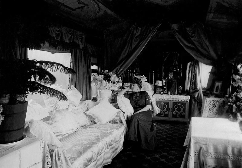 Певица Анастасия Вяльцева в салоне личного железнодорожного вагона, оборудованного для гастрольных поездок по русской про