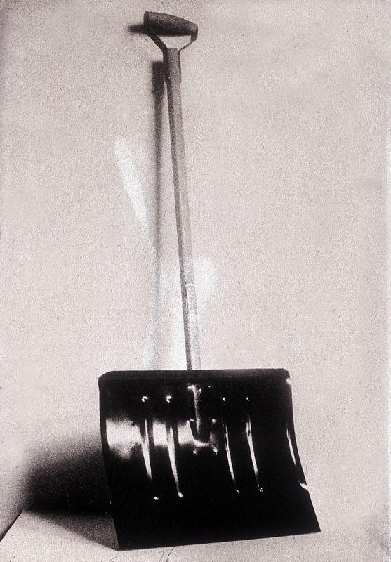 Марсель Дюшан. В предвидении сломанной руки, 1915, оригинал утрачен, реплика 1946. Реди-мейд: лопата для снега, дерево и