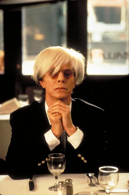 Боуи в роли Энди Уорхола, фильмДжулиана Шнабеля «Баския», 1996 (miramax.com)