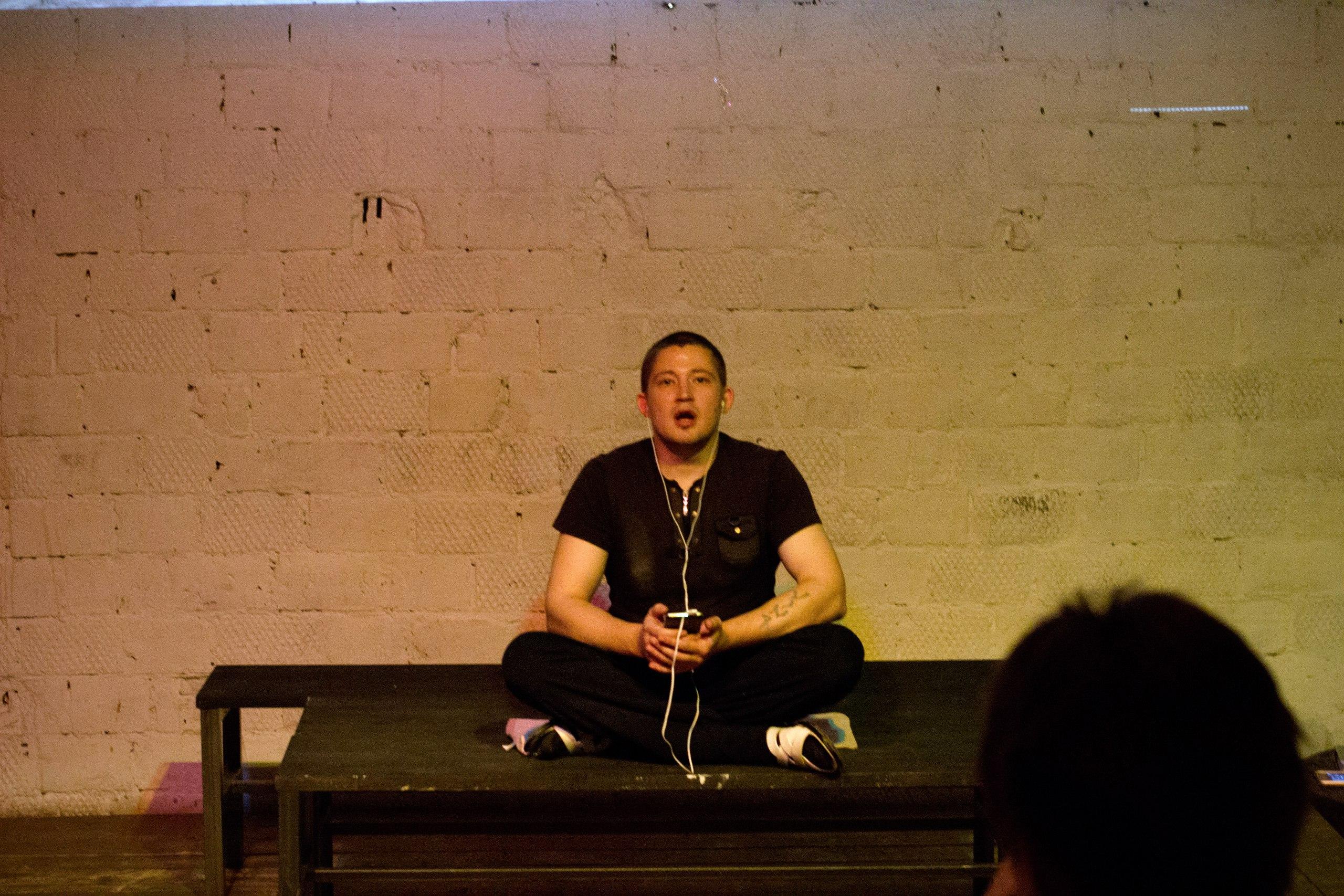 Виктор Лебедев исполняет роль влогера Малыша. Спектакль NETPLOTATION