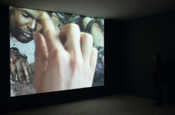 Томас Хиршхорн. «Прикосновение к реальности». 2012. Видео