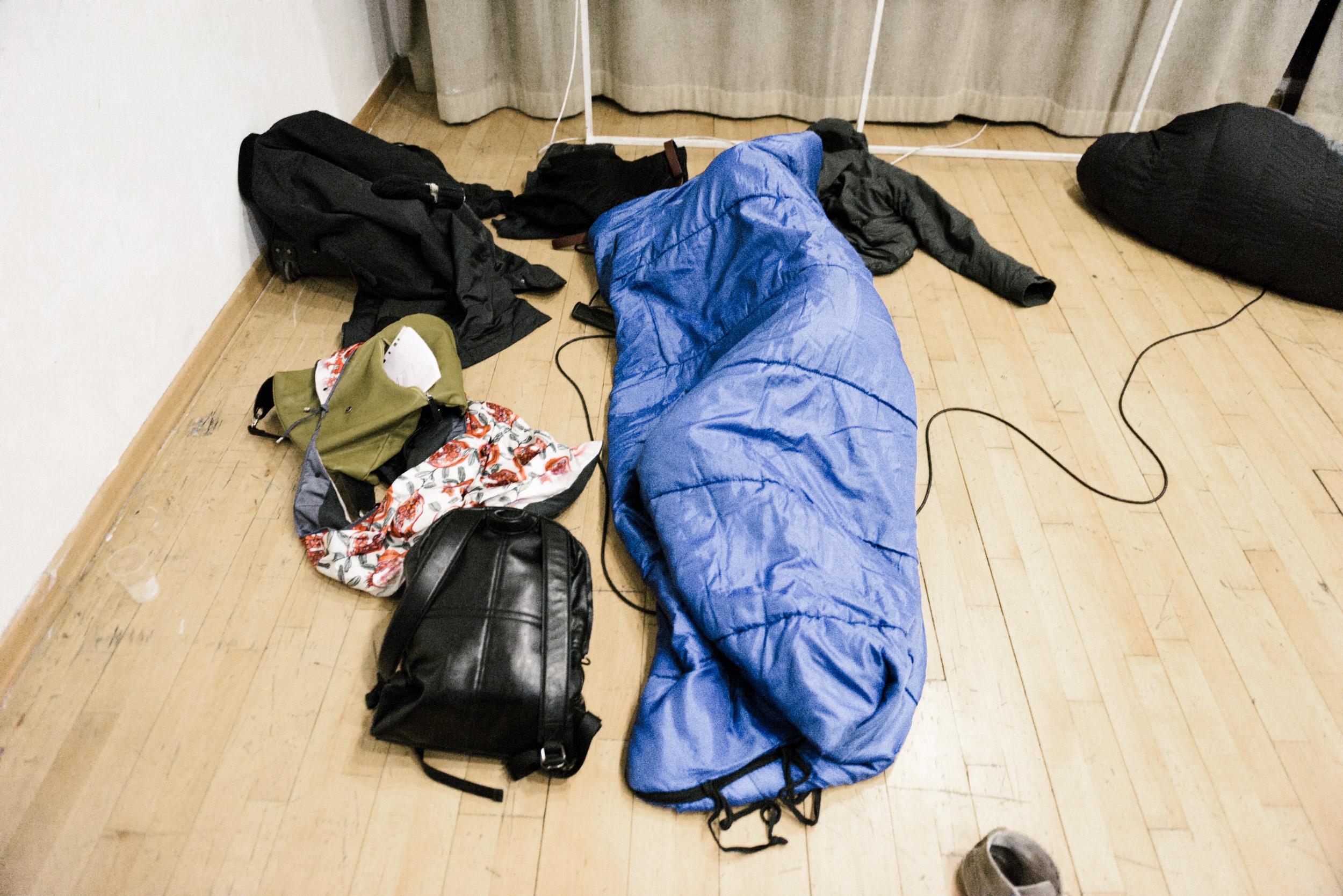 На показе Terra Nullius в Белом зале ЦИМа перформеры Тарас Бурнашев и Андрей Андрианов 40 минут не вылезали из спальных м
