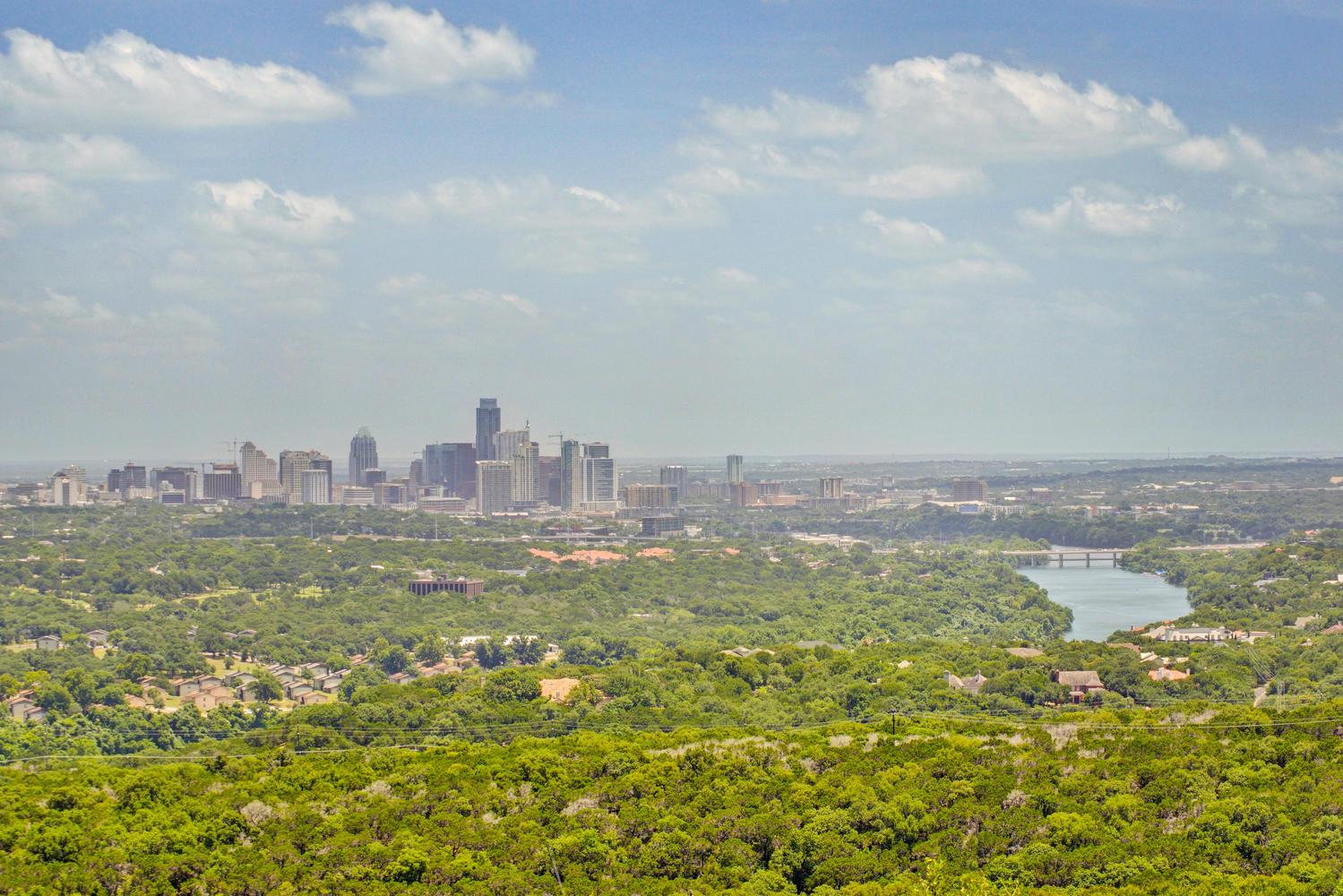 Городской горизонт, видный с вершины Ноб-Хилл. Остин, Техас