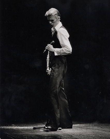 Боуи в образе Изможденного Белого Герцога, 1976 (wikimedia.org)