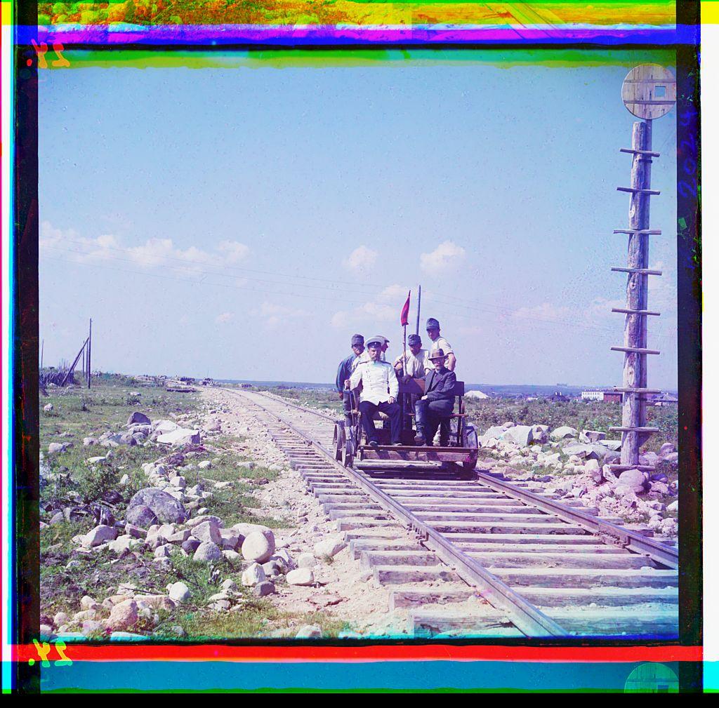 Пионер цветной фотографии Сергей Прокудин-Горский на дрезине недалеко от Петрозаводска на Мурманской железной дороге, 191