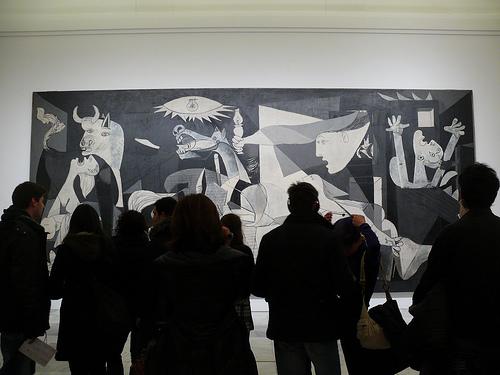 """Публика перед картиной Пабло Пикассо """"Герника"""""""